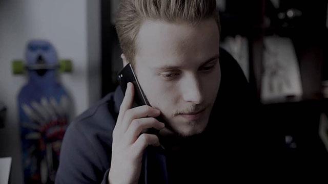 Felix telefoniert.