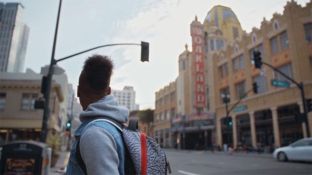 Momo blickt auf Oakland