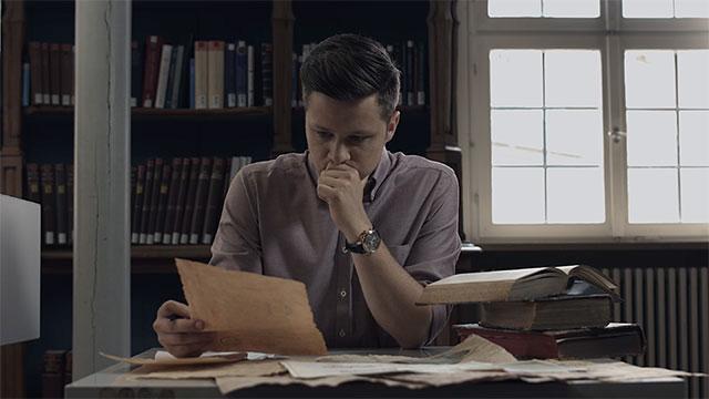 Reporter Nico blickt auf ein Dokument.