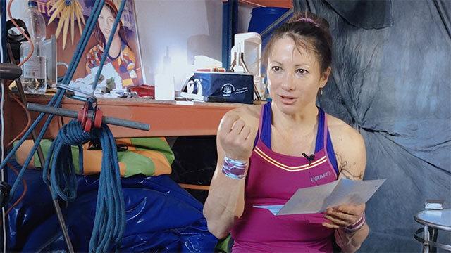 Silke Pan hält ein Textblatt und gestikuliert in die Kamera.