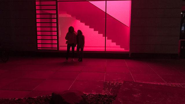 Madita und Lea vor einer beleuchteten Wand.