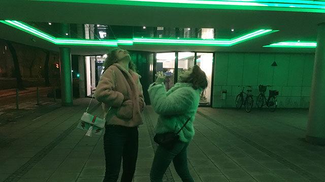 Madita und Lea blicken ins Neonlicht