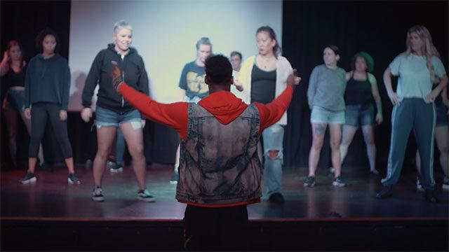Momo leitet seine Tänzer:innen an.