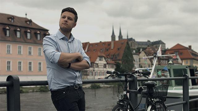 Reporter Nico steht in der Bamberger Innenstadt.